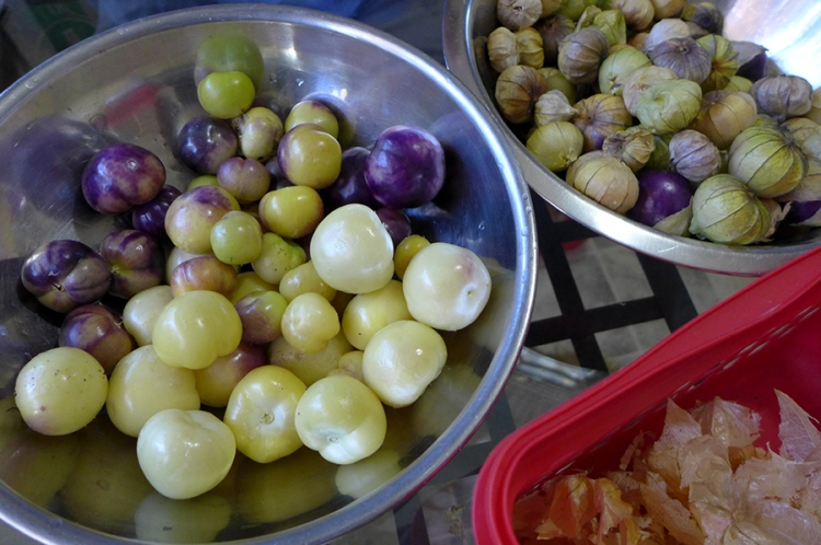 bowls of husked and unhusked tomatillos